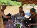 12) Met Kee en Meta lunchen aan de rivier