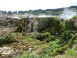 74a) wandelen in een krater op gepaste afstand van de stoomgaten
