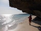 49) Over het strand slenteren
