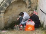 25) water voorraad halen bij de dorpsbron