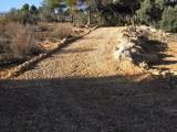 5) oprit van grind voorzien