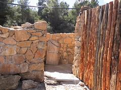 24) de buitenkant van de douche wordt met boomstammetjes betimmerd.