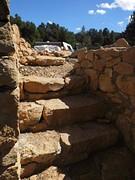 25) natuurstenen trap naar het terras boven het huisje