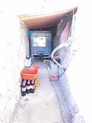 30) Onze 'berging' voor waterreservoir en accu's