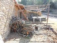 28a) En onze voorraad stookhout ook