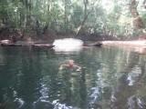 56) Afkoelen in het ijskoude rivierwater