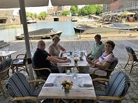 lunch met Rob en Yvonne in het Basin, onze ligplaats in Maastricht