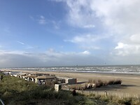 Blauwe lucht aan de kust