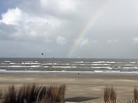 Kite surfers met een regenboog 🌈