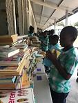 Boeken uitdelen op de christelijke school