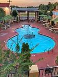Zwembad van ons hotel Days Inn tegenover Graceland