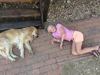 """Babet met haar grote vriend """"meneer Giraf""""😊🦒🐶"""