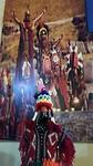 Leuk beklede fles wijn en zonnefestival 'Inti Raymi' in Cusco op achtergrond