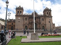 Een van de vele kerken op Plaza de Armas