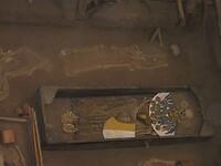Check het skelet van de vrouw erboven met opgetrokken linkerbovenarm (creepy)