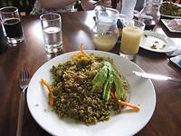 Lekker lunchen met arroz con pato (eend) en chicha de jora