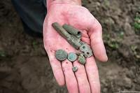 Een knoop, een munt en nog wat voorwerpen