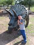 knuffelen met een triceratops