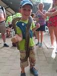 kleine held met een python om zijn nek