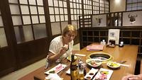 Speciaal Hida biefstuk eten in een Japans restaurant. Zelf aan tafel grillen.