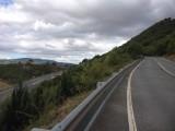 Links de nieuwe snelweg en rechts de oude vrijwel verlaten autoweg