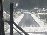 14-Landingsbaan van Lukla, kort daarvoor ijsvrij gemaakt