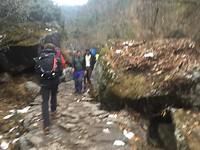 16-Over modderige paden met smeltende sneeuw