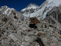 114- Sherpa's met een zware last van bouwmaterialen