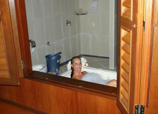 Hele mooie badkamer, dus Lies ging gelijk badderen | Foto | Borneo 2009
