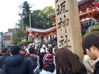 De drukte voor de ingang van de tempel