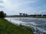 Zicht op een stuw in de Maas