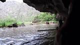 De rivier loopt door de rotsen heen