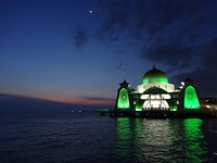 Zonsondergang bij moskee Masjid Selat Melaka
