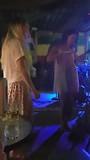 Taylor en Nina los in de reggae bar