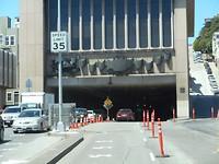 Tunnel onder gebouw.