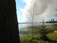 Bosbranden aan de overkant van de Lake