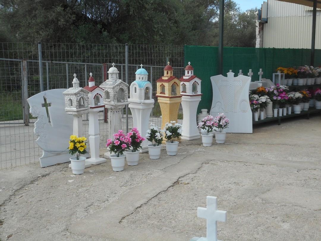 Hier in Igoumenitsa verkopen ze de gedenktekens die veelvuldig aan de weg staan