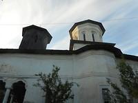 Kerkje verscholen tussen de bomen