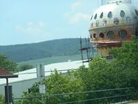 Futuristisch bouwwerk in de steigers