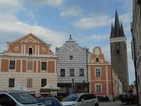 Met kerktoren op de achtergrond