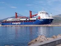 Zeeschip met windmolens gearriveerd