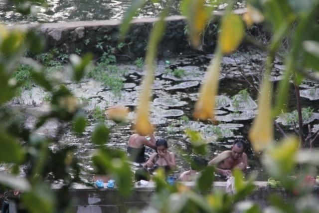 Allemaal in het warme bad foto nel en john van loon s reisblog for Foto in het bad