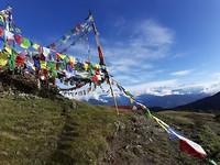 De tempel met boeddhistische gebedsvlaggen