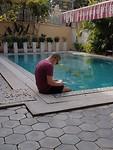 Chillen bij het zwembad