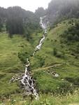 De watervalletjes steken mooi af tegen de berg
