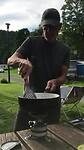 Kees kookt op de camping in Dinant, een paar weken voordat die overstroomde