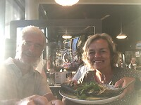 In het Havenrestaurantje: Wolter, Conny en Zeebaars