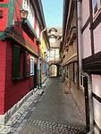 Het smalle straatje met de hotelappartementen