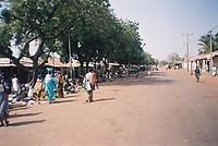 de hoofdstraat van Farafenni