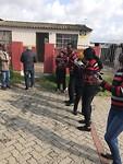 Met zang verwelkomt in de township